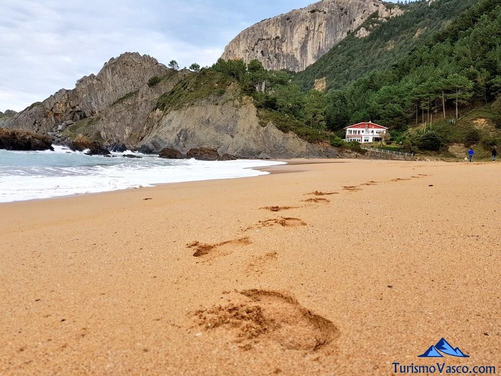 Pasos en la playa de Laga