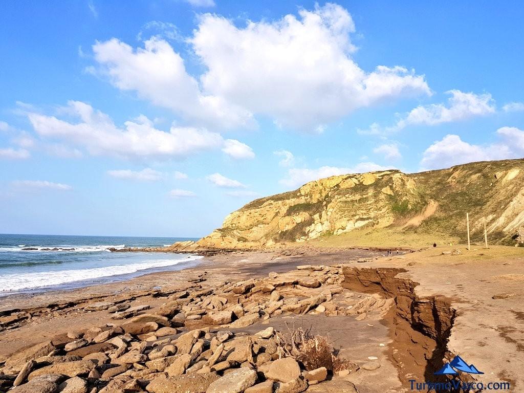 Piedras en la playa de Azkorri