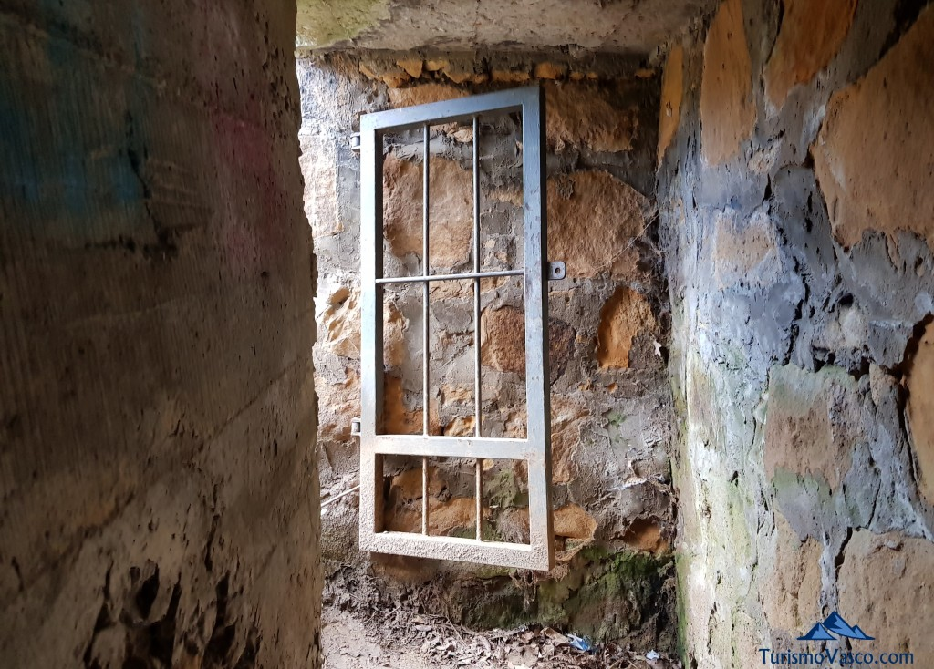 Puerta, entrada del Cinturon de Hierro en Sopela y Berango
