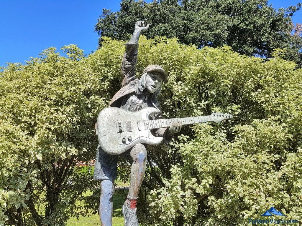 El guitarrista, escultura de Sopela