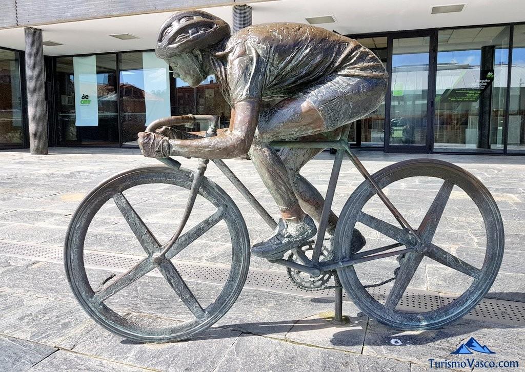Escultura la ciclista en honor a Joane Somarriba, Sopela