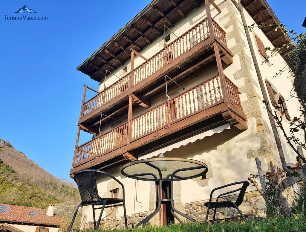 Casa rural Monaut vista desde el jardín, Valle de Arce, Pirineo Navarro
