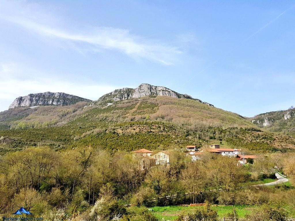 Vistas de Saragüeta y la casa rural Monaut, Pirineo Navarro