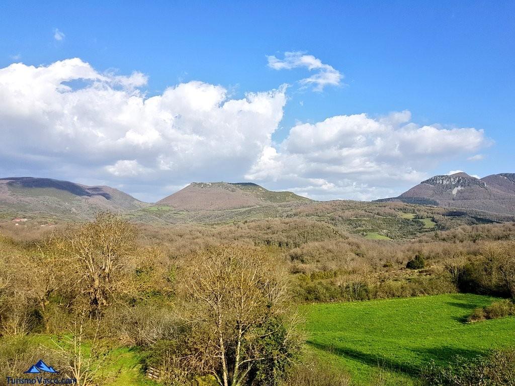 Vistas desde la casa rural Monaut, valle de arce, pirineo navarro
