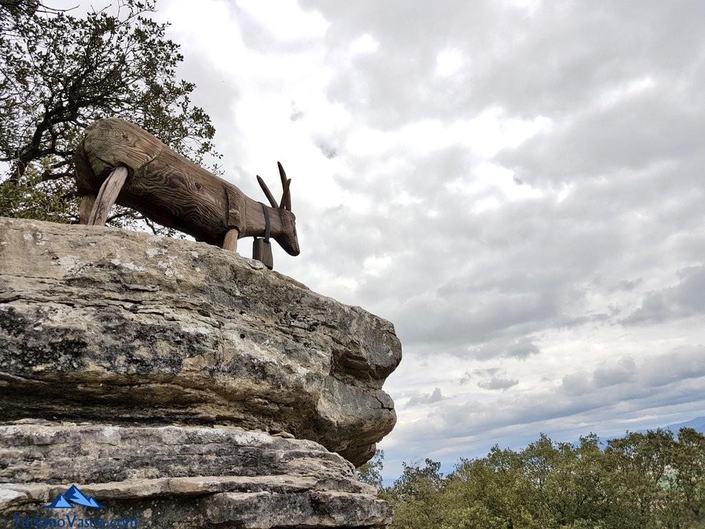 cabra tallada en lo alto del Jardín Botánico de Santa Catalina