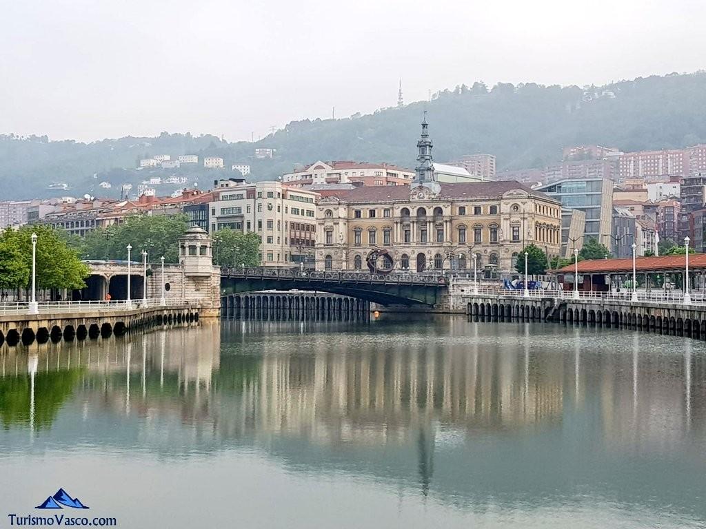 Ayuntamiento de Bilbao desde la ría