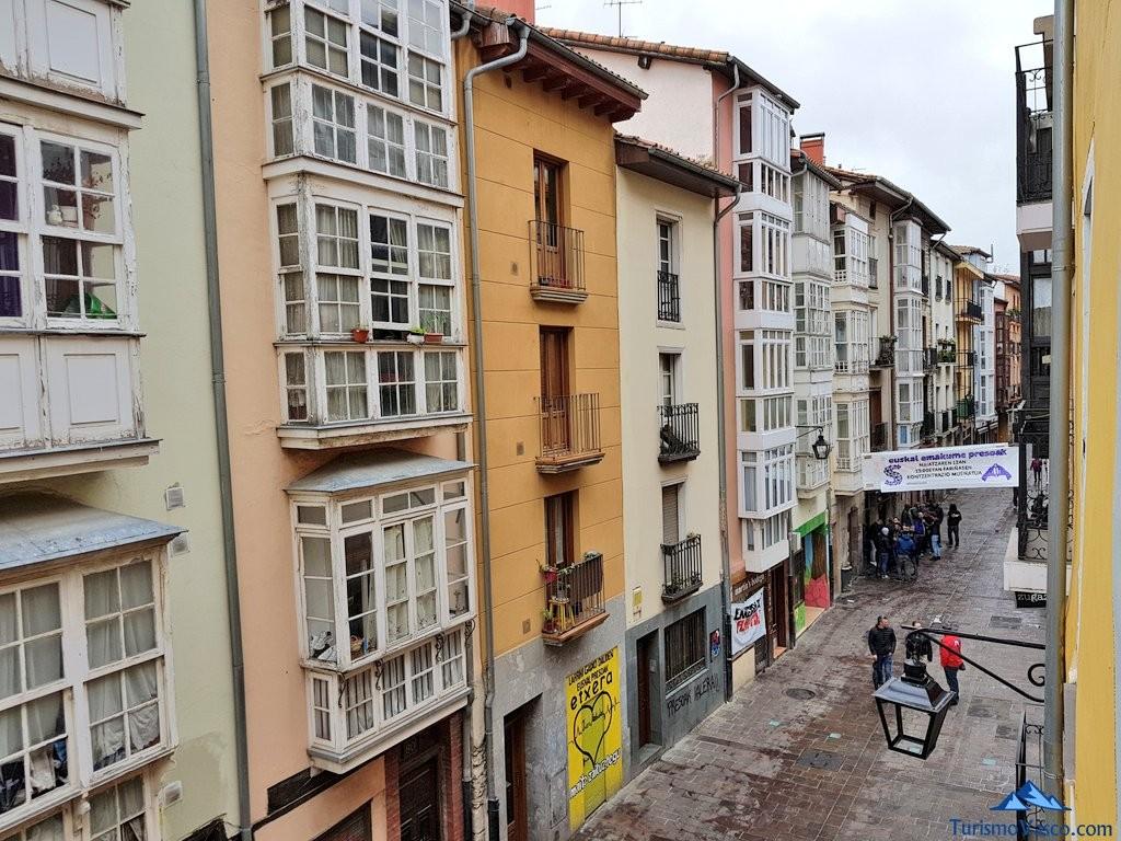 Calle del casco historico de Vitoria Gasteiz, cuchilleria, desde el albergue de la catedral