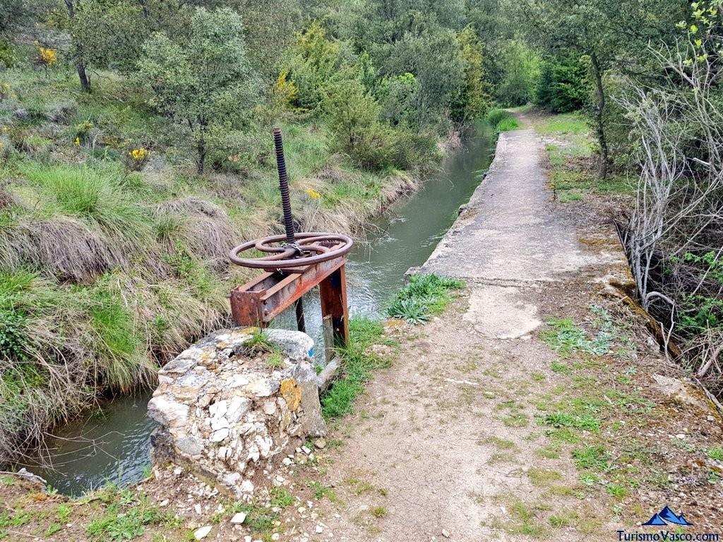 Camino de la ruta del agua en araba