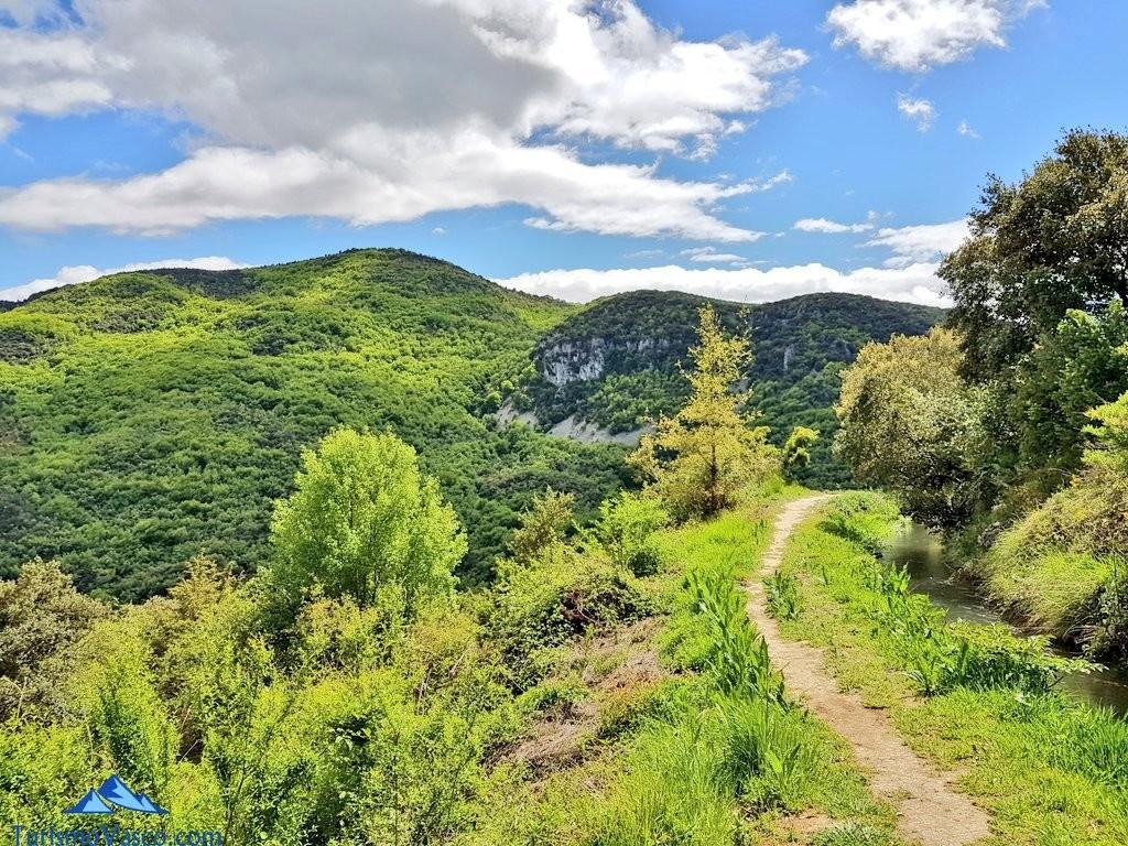 Camino junto al canal de la ruta del agua de Berganzo