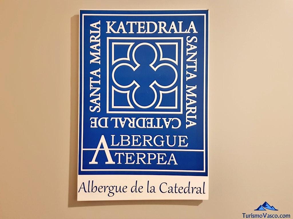 Cartel y logo del albergue de la catedral de vitoria gasteiz