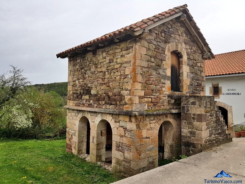 Horreo de Lusarreta, valle de arce, pirineo navarro