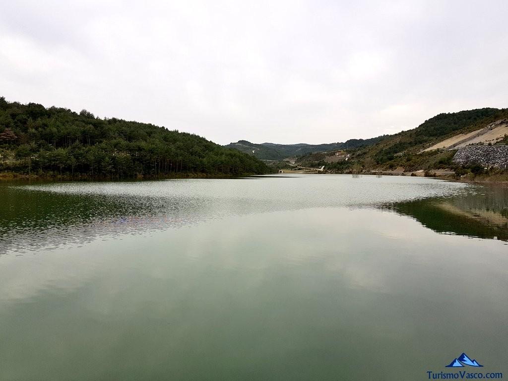 Itoiz, embalse del Pirineo Navarro, valle de arce