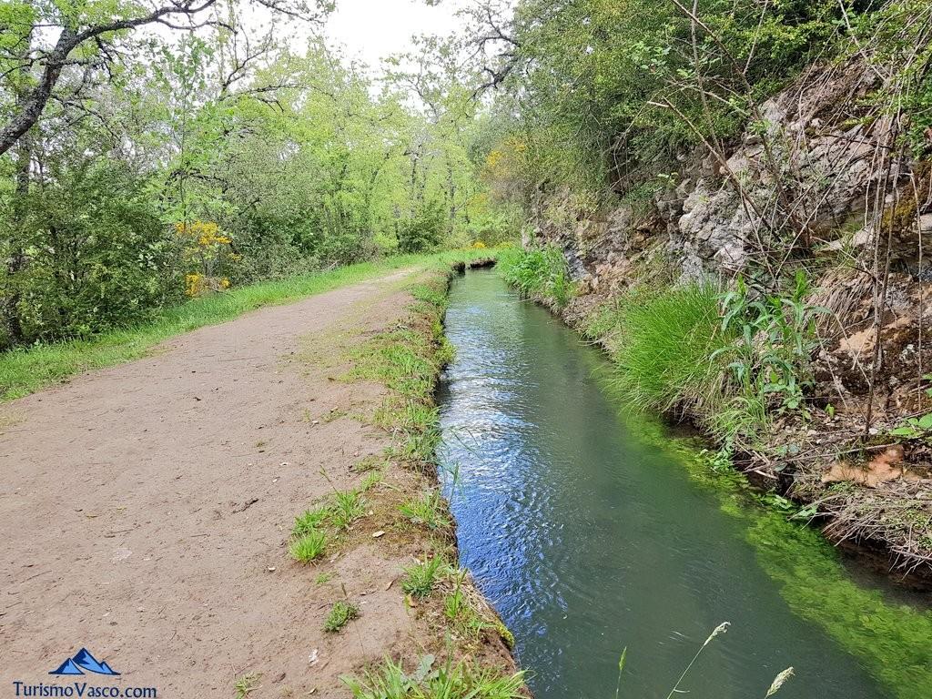 la ruta del agua de Berganzo junto al canal