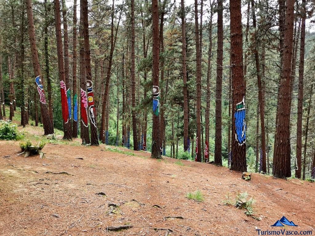 Bosque de Oma, el Bosque Pintado desde lejos
