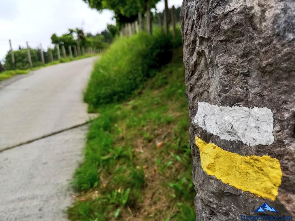 Marcas pequeño recorrido PR en el Bosque de Oma, el Bosque Pintado