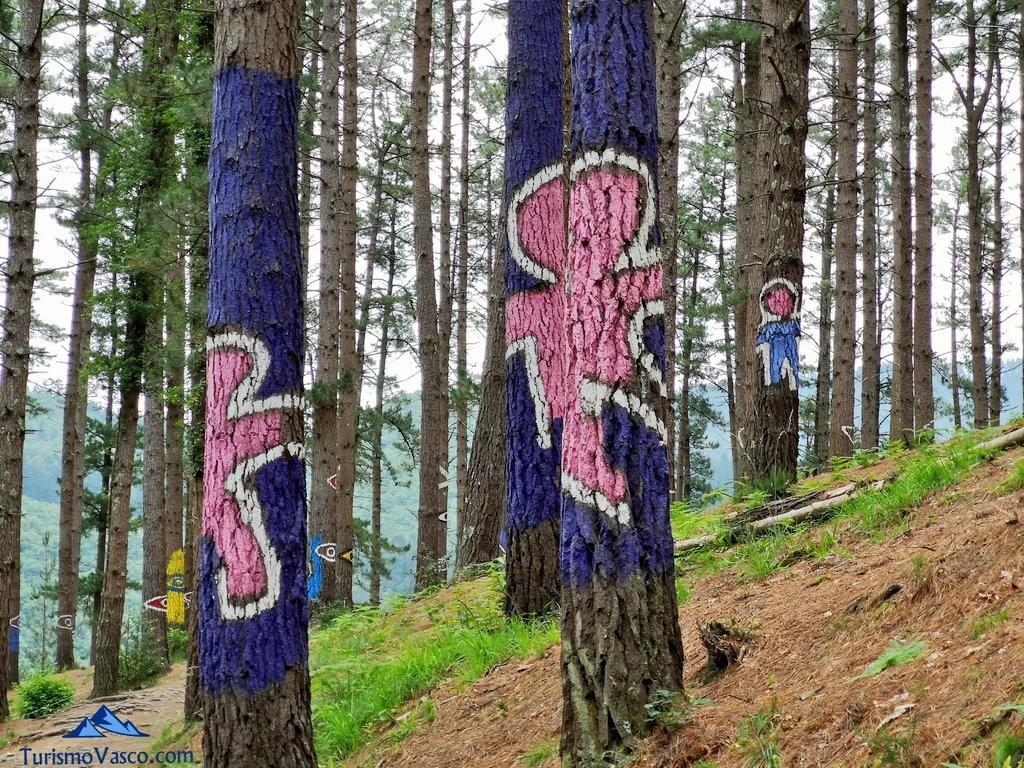 Muñecos o sombras en el Bosque de Oma, el Bosque Pintado