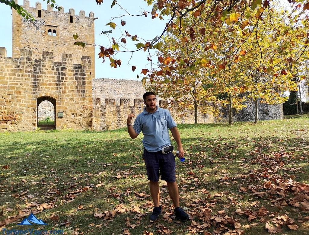 Ander, guia del Castillo de Muñatones