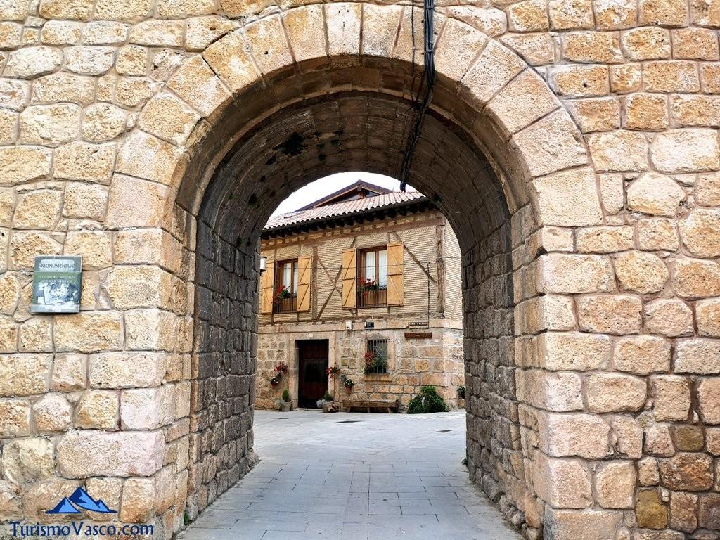 Puerta de acceso a Salinillas de Burandon, Rioja Alavesa