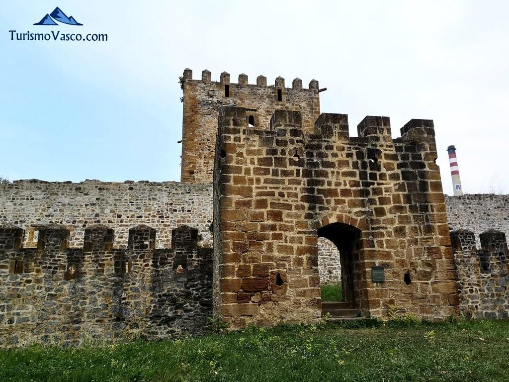 Torre de Petronor y entrada al Castillo de Muñatones