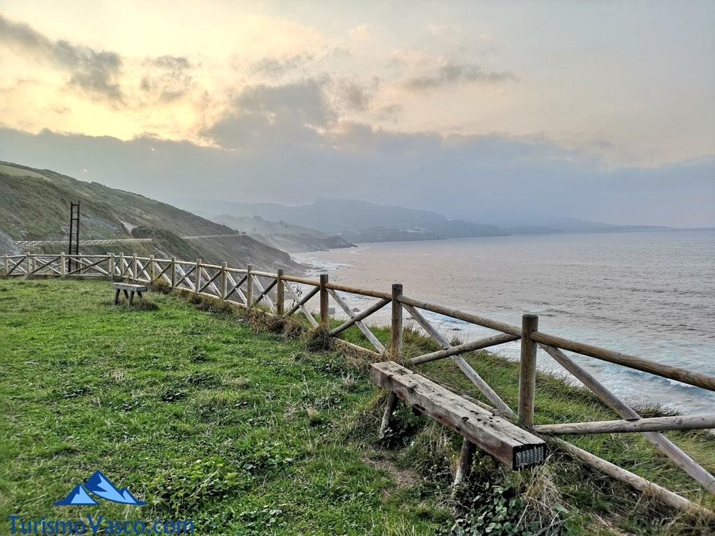 anocheciendo en el Paseo de Itsaslur, ruta Pobeña Kobaron