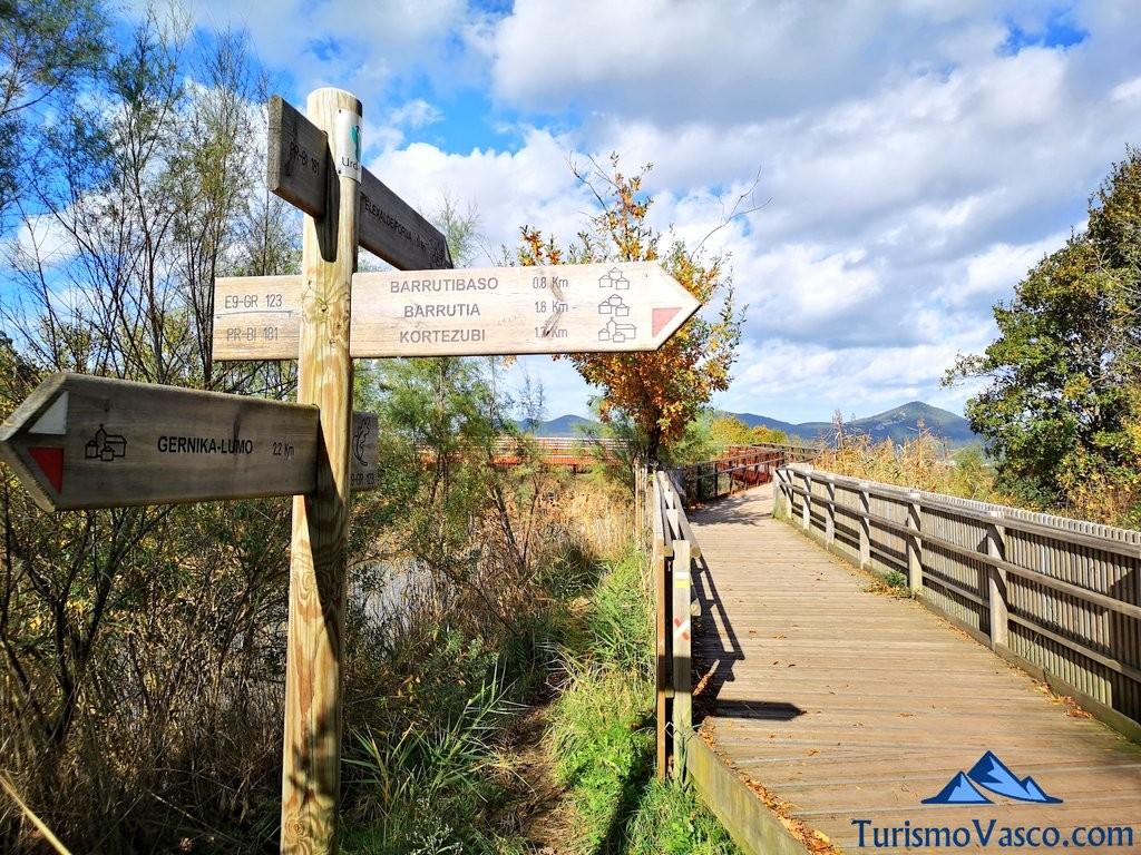 Puente y señal, ruta Urdaibai Gernika Kortezubi