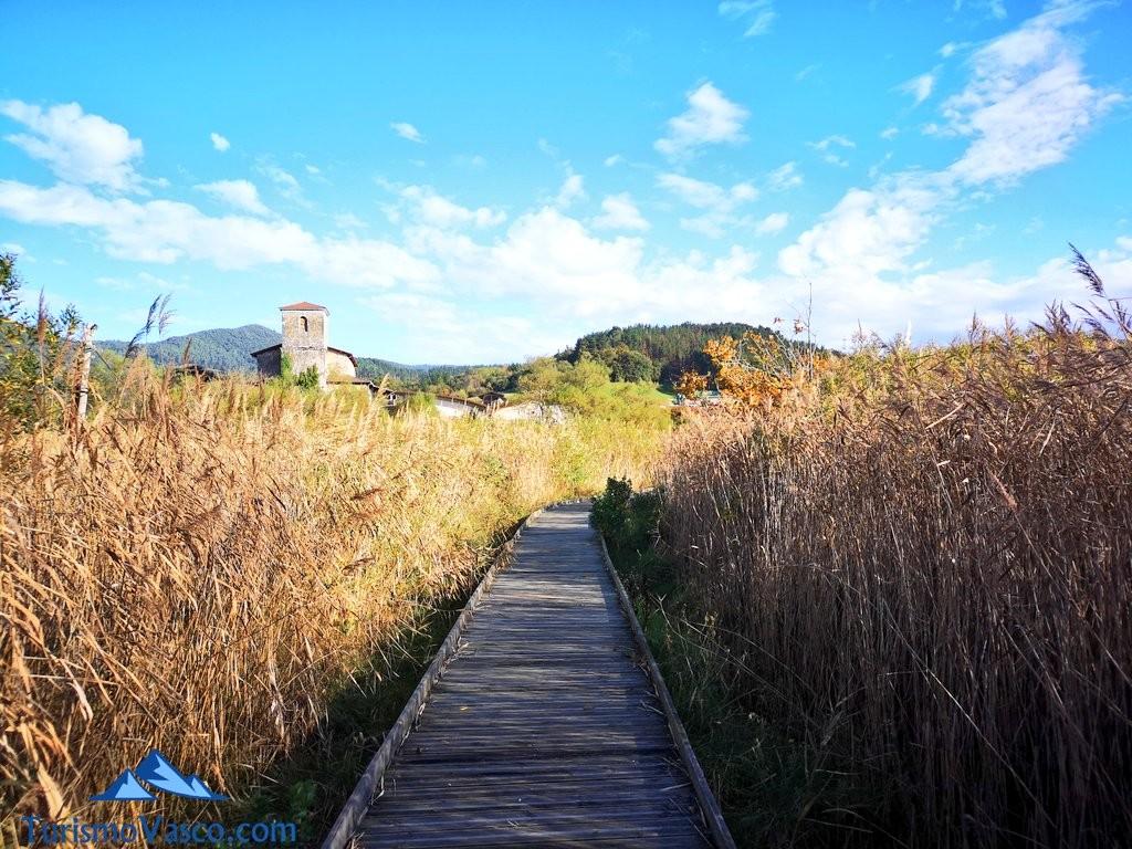 pasarela de madera ruta Urdaibai Gernika Kortezubi