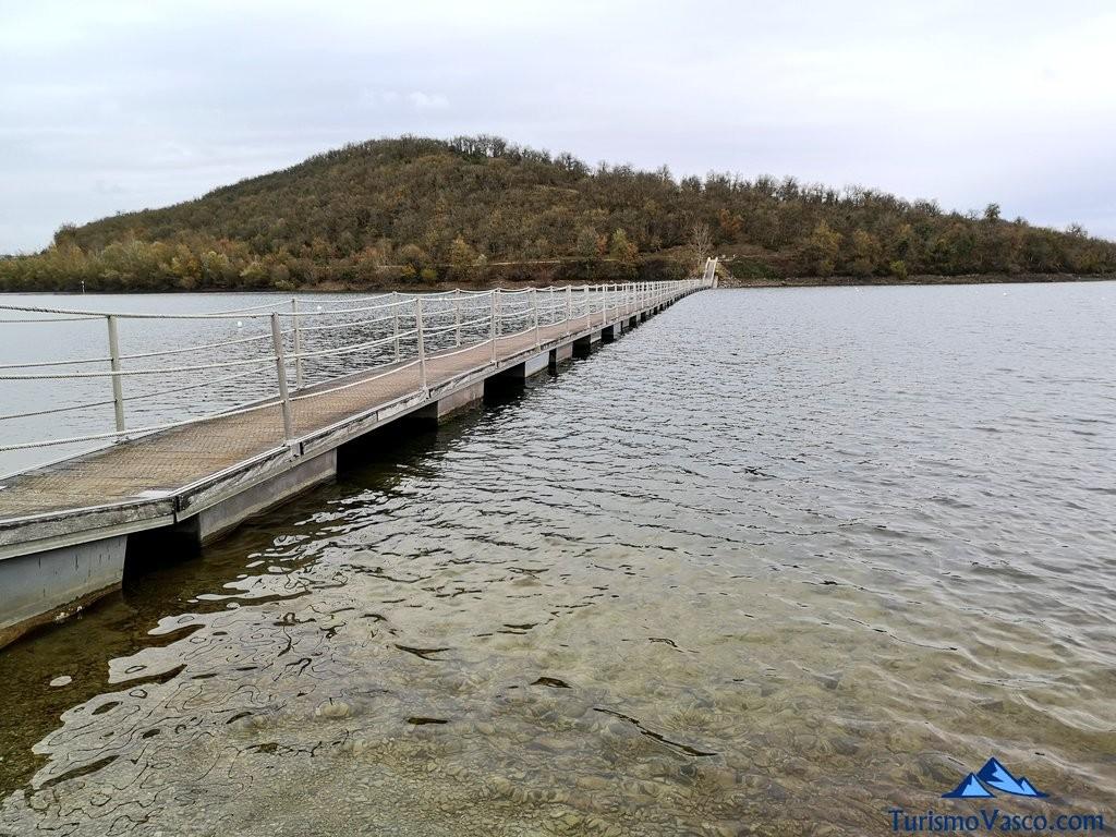 Ruta Ullibarri Gamboa sobre el agua