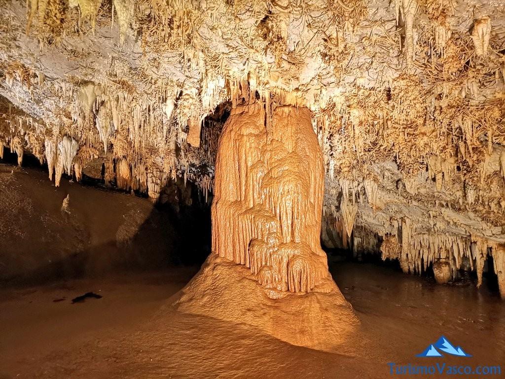 columna de la Cueva de Pozalagua