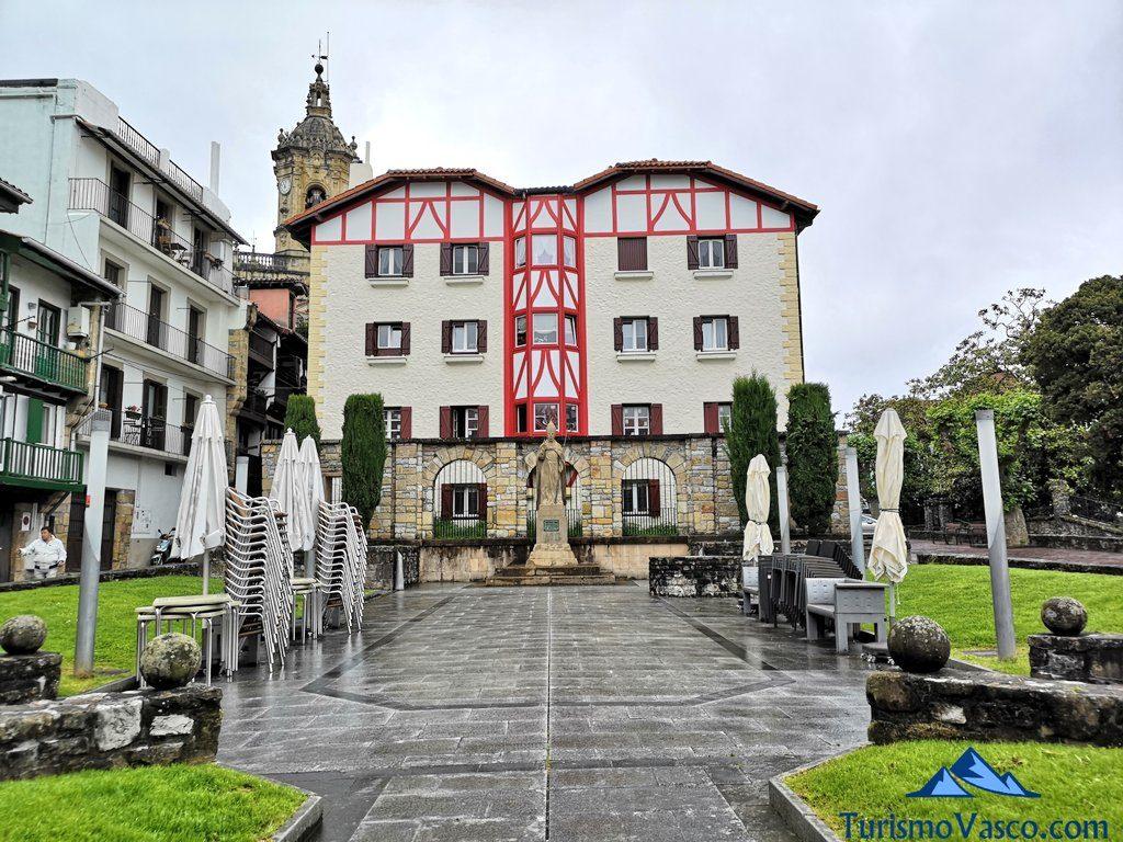 escultura obispo, Hondarribia que ver