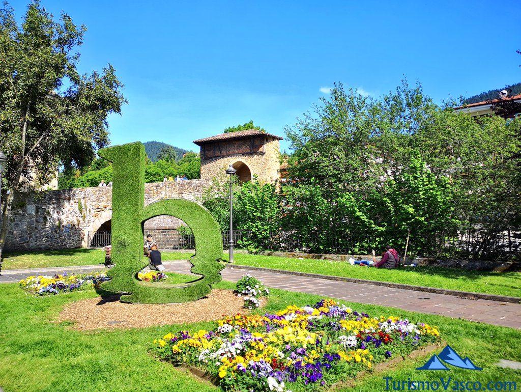 jardin y logo de balmaseda