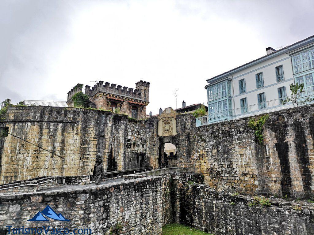 Puerta de Santa María, muralla, Hondarribia que ver