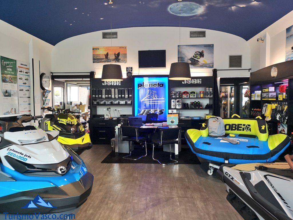 interior tienda, alquiler de motos de agua en Bilbao