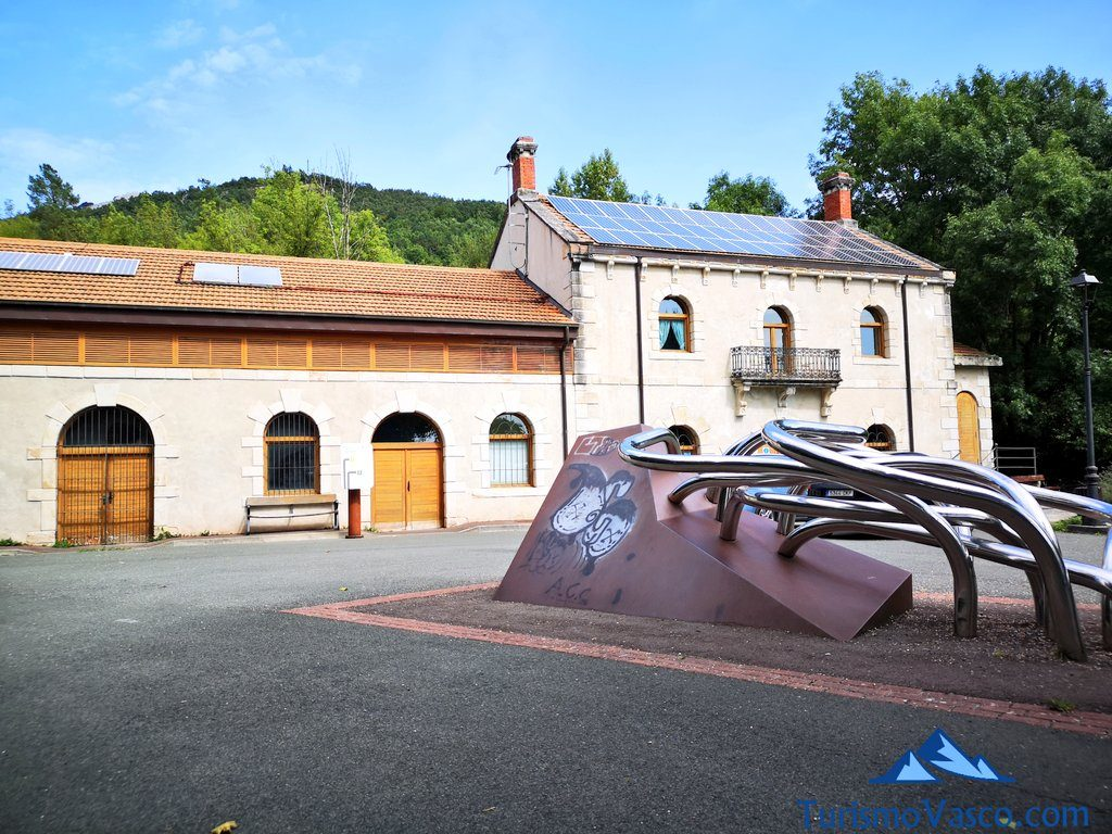 exterior museo mitxarro, Nacedero del río Zirauntza
