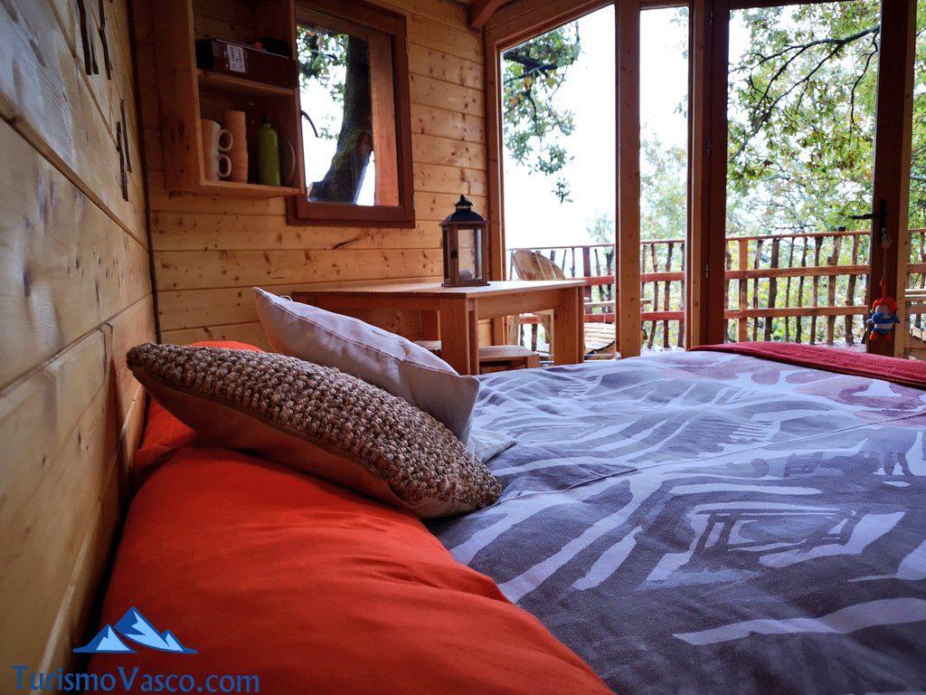 cama, Cabañas en los árboles en el Pirineo Navarro