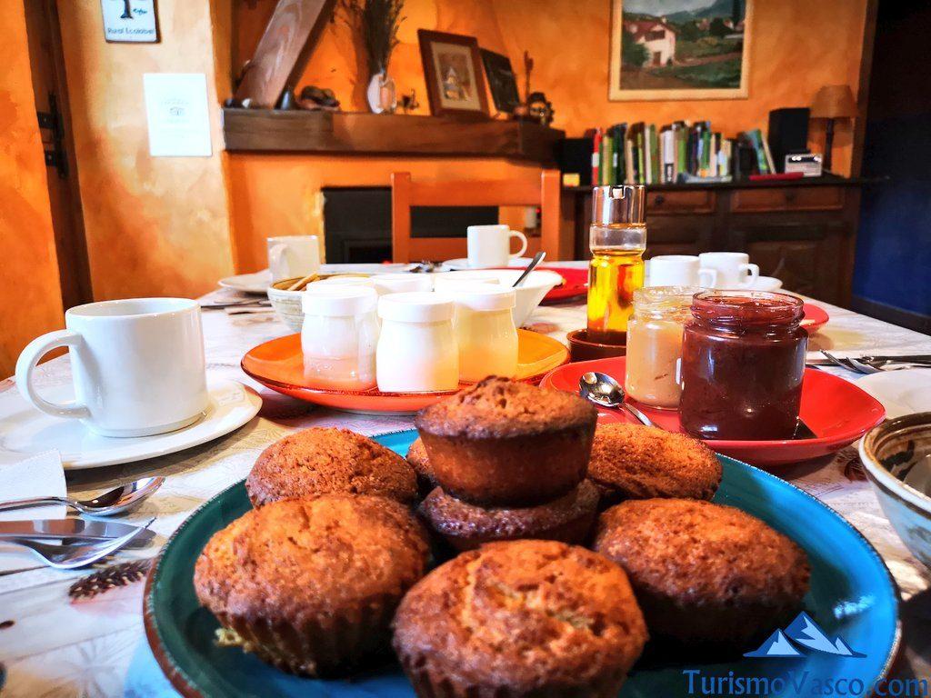 desayuno, Cabañas en los árboles en el Pirineo Navarro