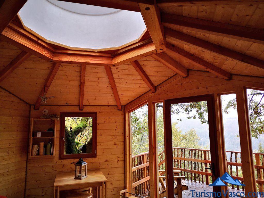 interior cabaña duende, Cabañas en los árboles en el Pirineo Navarro