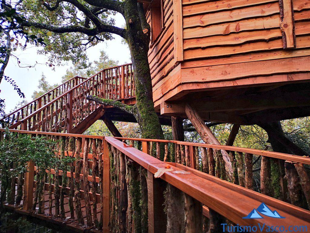 madera, Cabañas en los árboles en el Pirineo Navarro