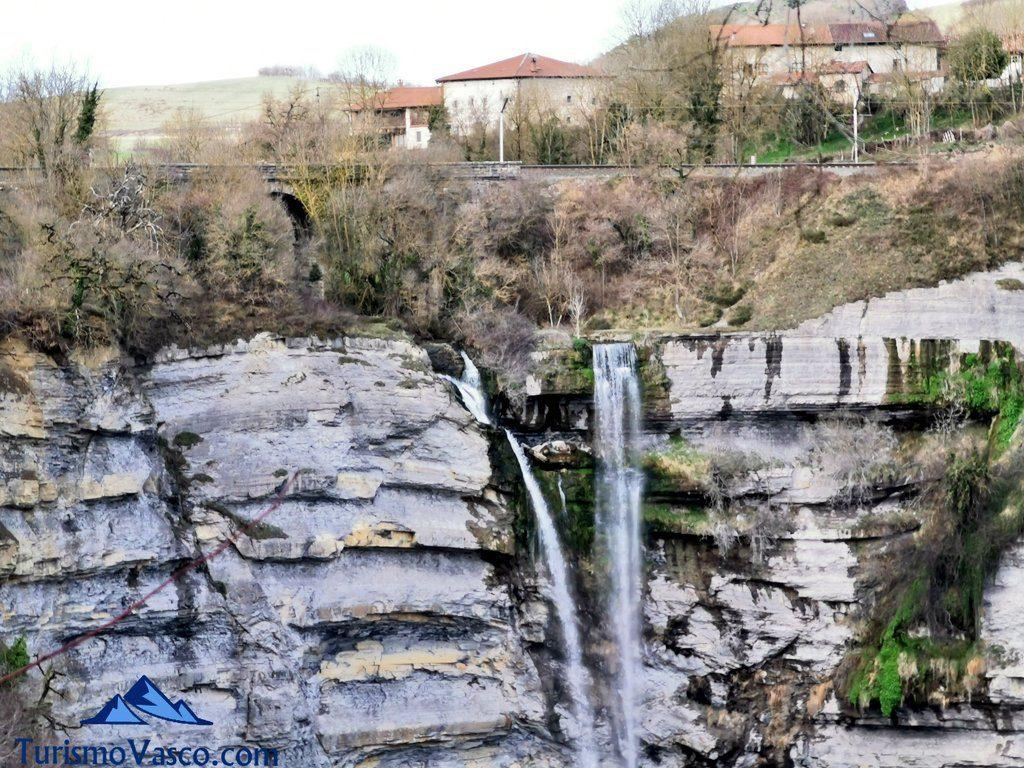 casas, cascada de gujuli, Goiuri