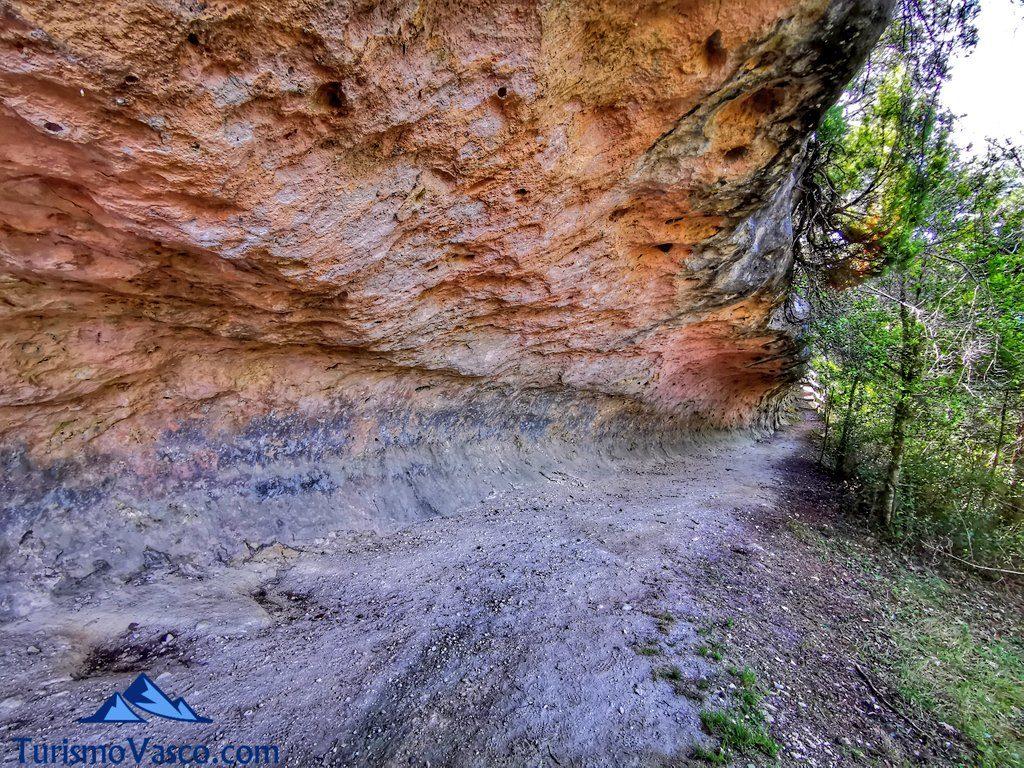 cueva alargada pinedo, cuevas de Valdegovía