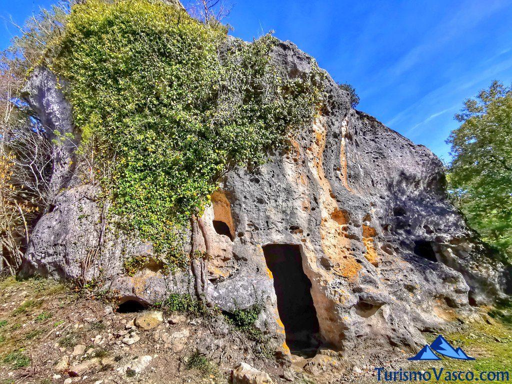 entrada cuevas de corro, cuevas de Valdegovía