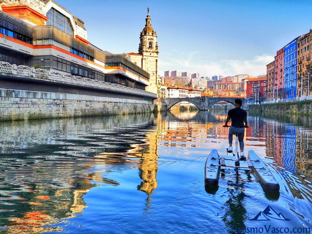 reflejos en la ria, bicicletas acuaticas en bilbao