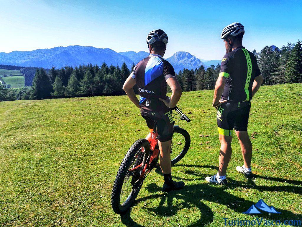 amigos en bici, rutas en bici en euskadi, cicloturismo en euskadi