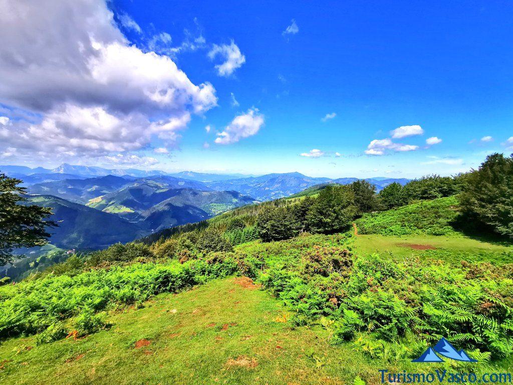 montes entre nubes, ruta de los dolmenes Karaketa Irukurutzeta