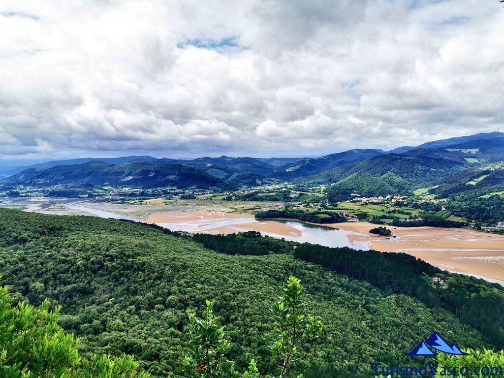 vistas desde la ermita, San Pedro Atxarre ruta Urdaibai