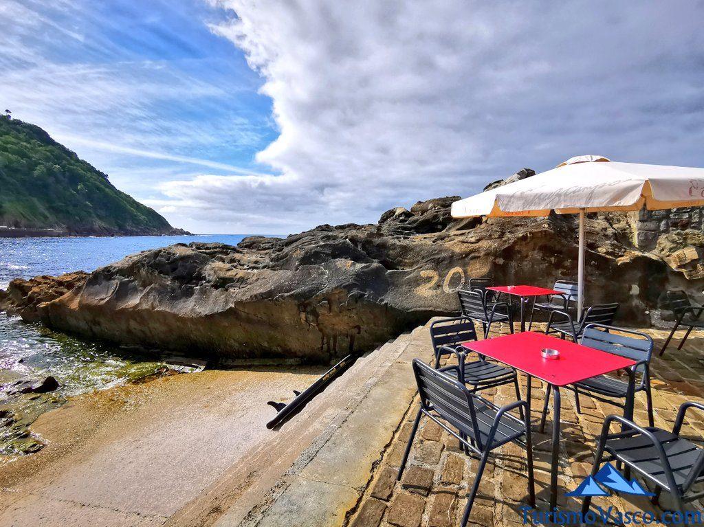 terraza, mesa bar isla santa clara, isla de donostia san sebastian