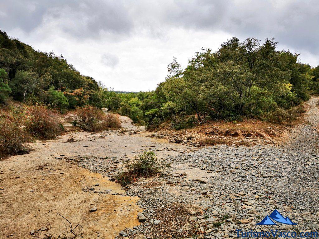 cruzamos el río, ruta cueva de Los Goros
