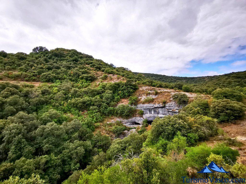cuevas desde lejos, ruta cueva de Los Goros