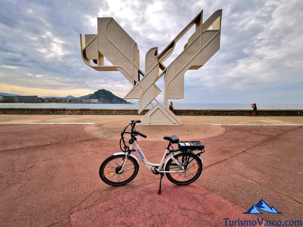 escultura paloma de la paz, alquiler de bicicletas en Donostia San Sebastian