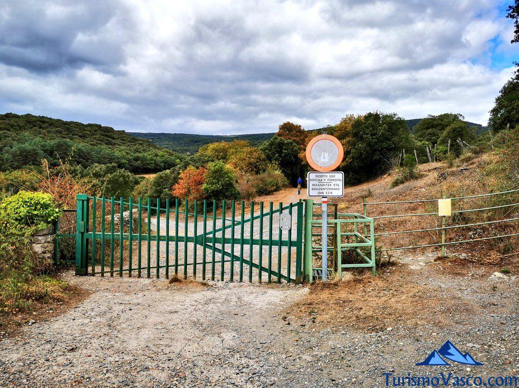 puerta metalica animales, ruta cueva de Los Goros