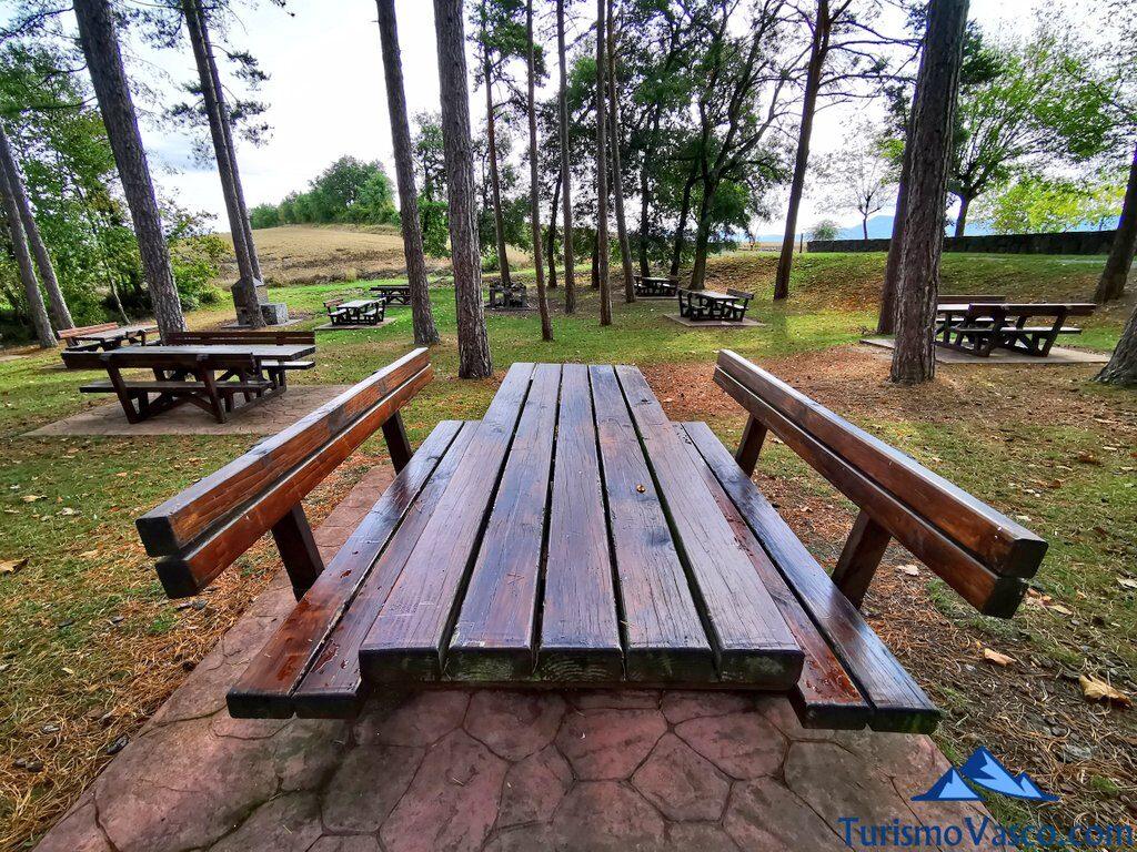 barbacoas y mesas en el Santuario de Estibaliz